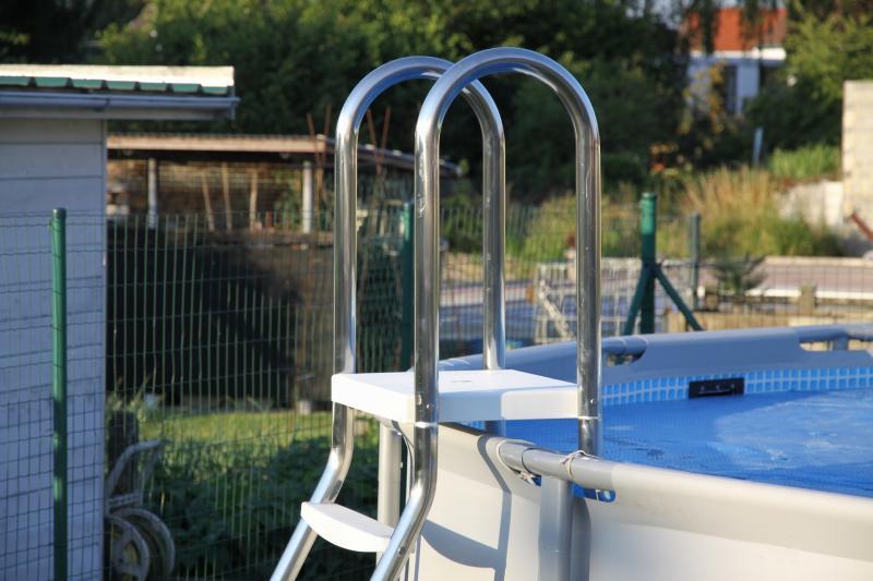 Modelos de escada em inox para piscinas